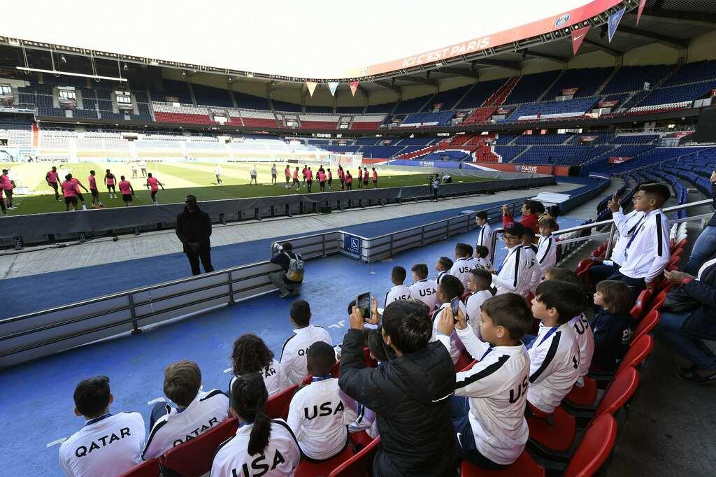 PSG Academy World Cup das viertägige Turnier in Frankreich beim Aufwärmen der Profis vor dem Spiel