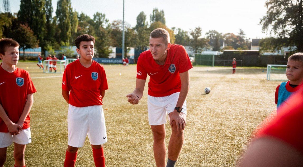 PSG Academy Germany Mannschaftsbesprechung auf dem Platz team talk on the pitch